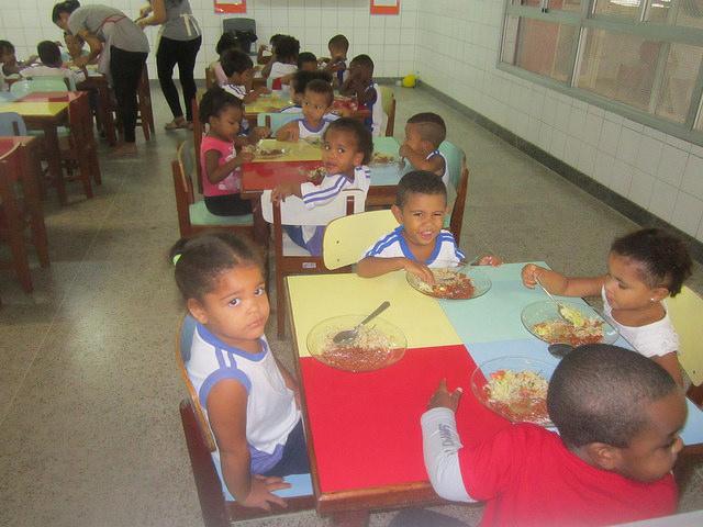 Escolares durante su almuerzo en el Centro Municipal de Educación Infantil Alberto Martinelli, en la ciudad de Vitoria. Buena parte de su alimentación proviene de la agricultura familiar de los alrededores, como en el resto de las escuelas públicas de Brasil. Crédito: Mario Osava/IPS