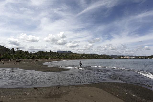 Un hombre pesca en la playa junto a la desembocadura del río Macaguaní en el mar Caribe, en la costa de las afueras de la ciudad de Baracoa, en el oriente de Cuba. Crédito: Jorge Luis Baños/IPS