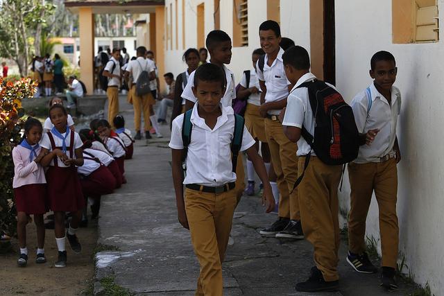 Estudiantes de un centro educativo de la oriental ciudad de Baracoa. La escuela es el nuevo sector donde, no sin controversias, busca penetrar la campaña contra la homofobia y la transfobia en Cuba. Crédito: Jorge Luis Baños/IPS