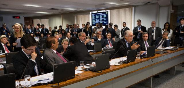 """Senadores aprueban el 24 de abril la ley que penaliza los abusos de autoridad, en una norma que busca que no se repitan casos como la llamada operación """"Lava Jato"""", que investiga denuncias de corrupción contra un tercio de los integrantes de la Cámara Alta del Congreso de Brasil. Crédito: Lula Marques/AGPT"""