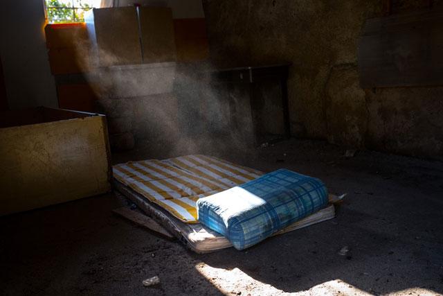 """Una granja abandonada con un colchón usado por prostitutas en Palermo, Italia. """"Me perdí la niñez"""", se lamenta Mary, que recibió la ayuda de un abogado cuando fue traficada a territorio italiano, a los 17 años. Crédito: Gilbertson / Unicef"""