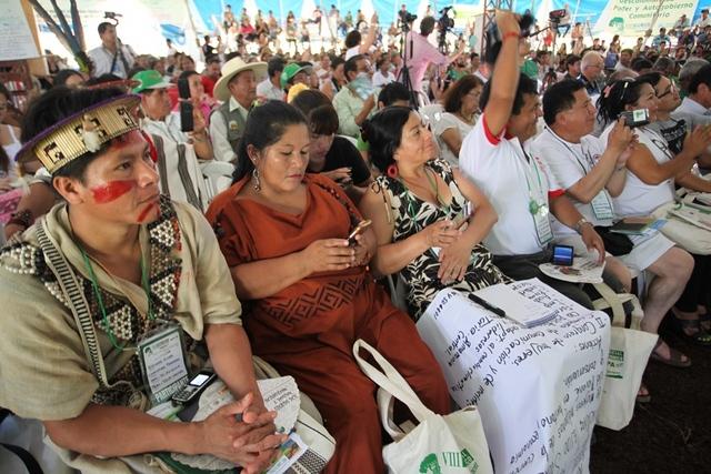Sesión plenaria final del VIII Foro Social Panamazónico, celebrado durante cuatro días en la selva peruana, en la ciudad de Tarapoto, y concluido el 1 de mayo con la Carta de Tarapoto, en que los pueblos originarios, sociedad civil y académicos de ocho países demandaron a sus gobiernos una nueva mirada hacia la cuenca. Crédito: CAAAP