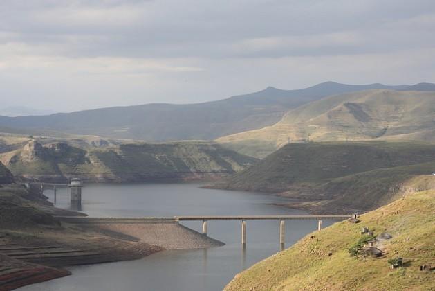 La zona de captación de la represa de Katse, en Lesotho, llega hasta Sudáfrica. Crédito: Campbell Easton/IPS.