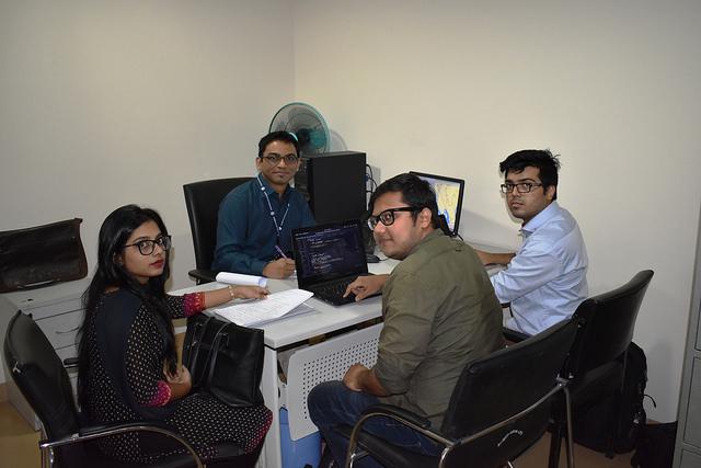 El equipo de investigación de las emisiones generadas por la aviación en la Universidad North South, de Bangladesh. Crédito: Sohara Mehroze Shachi / IPS