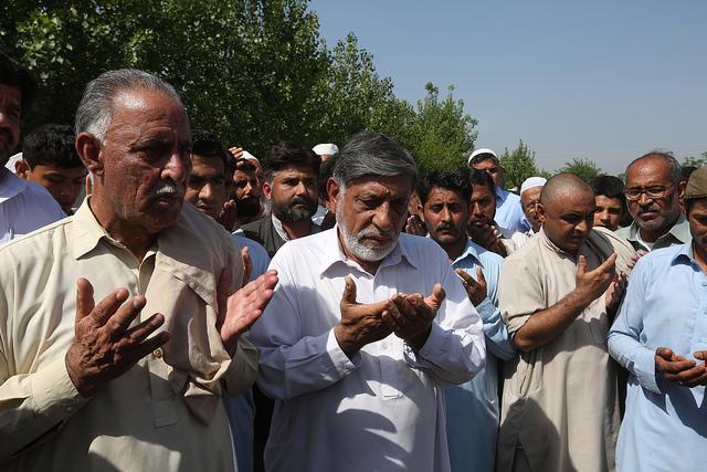 Muhammad Iqbal Khan (a la izquierda), el padre de Mashal Khan, que fue asesinado por una multitud religiosa en Pakistán. Crédito: Abdul Hameed Goraya / IPS