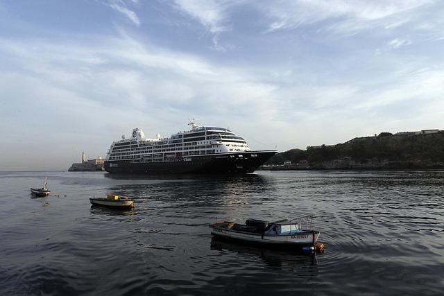 El transatlántico Norwegian Sky, el mayor crucero que llega a Cuba, entra en la bahía de La Habana en marzo de 2017. El sector de los cruceros no será tocado por las nuevas medidas estadounidenses. Crédito: Jorge Luis Baños/IPS
