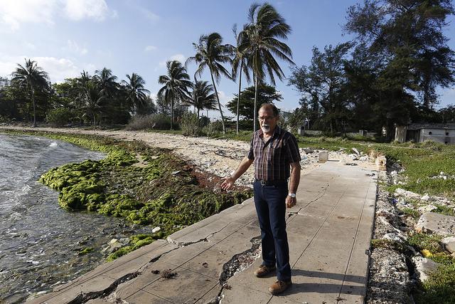 El geógrafo José Luis Juanes, del Instituto de Ciencias del Mar, en el litoral de La Habana donde tiene su sede el nuevo organismo estatal cubano, con muestras evidentes de erosión y de contaminación. Crédito: Jorge Luis Baños/IPS
