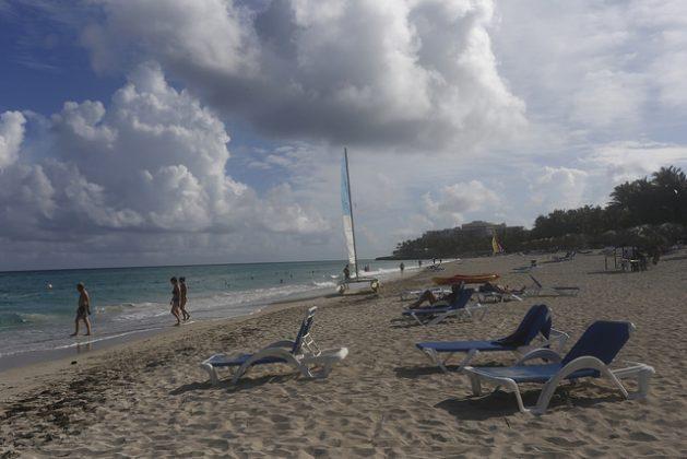 Turistas disfrutan de la playa en el balneario internacional de Varadero, en el occidente de Cuba. Científicos aseguran que es irreversible la erosión en el Gran Caribe de los ecosistemas arenosos, de alto valor económico y una barrera de protección de la vida tierra adentro. Crédito: Jorge Luis Baños/IPS