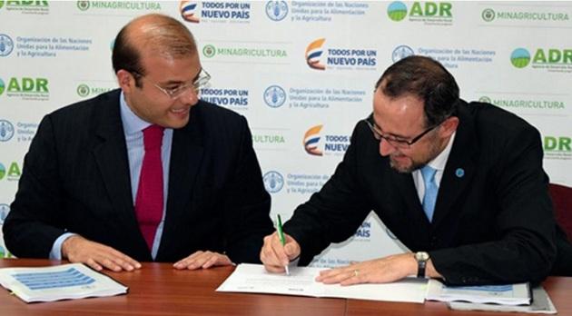 Carlos Eduardo Gerchem, presidente de la ADR, y Rafael Zavala, representante de la FAO en Colombia, durante la firma del acuerdo. Crédito: FAO