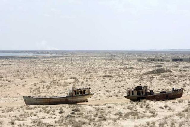 Barcos herrumbrados y abandonados en Muynak, Uzebkistán, una exciudad portuaria cuya población disminuyó de forma drástica con el retroceso del mar de Aral. Crédito: Eskinder Debebe/UN Photo.