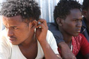 Jóvenes y adolescentes eritreos de entre 16 y 20 años esperan en el punto de ingreso de Badme a que los trasladen al centro de registro. Crédito: James Jeffrey/IPS.