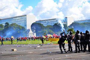 Policías reprimen con gases lacrimógenos una manifestación sindical que el 24 de mayo intentaba llegar a la sede del legislativo Congreso Nacional, en Brasil, en rechazo a las proyectadas reformas laborales y previsionales que recortan derechos sociales. Crédito: UGT