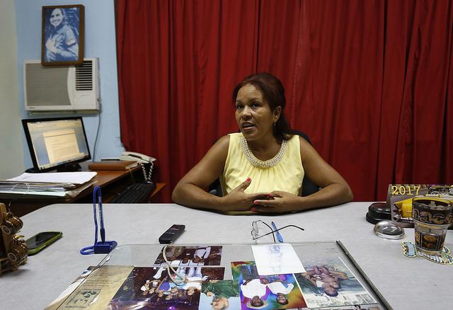 La jueza Sonia Rodríguez, en su despacho en el Tribunal Municipal Popular de Guanabacoa, en la periferia de La Habana. Ella es uno de los 150 jueces que imparten justicia para la familia dentro de los tribunales civiles de Cuba. Crédito: Jorge Luis Baños/IPS