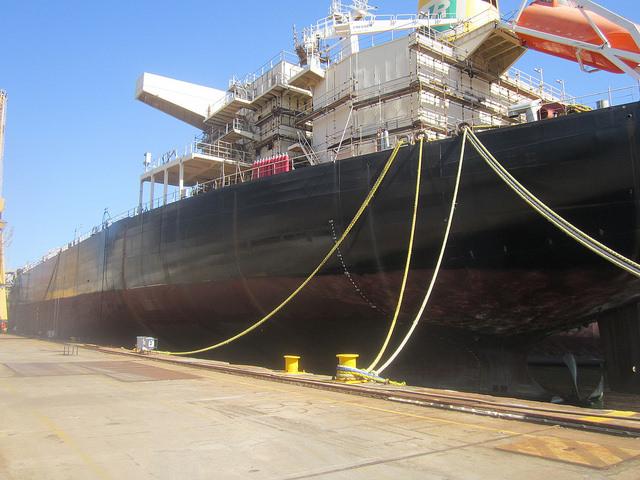 El barco Zelia Gatai, uno de los tres tanqueros con su construcción sin finalizar en uno de los diques del Astillero Mauá, en el sureste de Brasil, en espera de que se reactive el contrato suspendido hace dos años, para culminar el 10 por ciento que restan de construcción. Tiene 228 metros de eslora y es tipo panamax. Crédito: Mario Osava/IPS