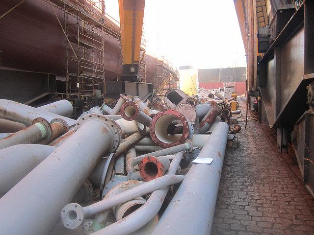 Grandes tuberías se deterioran en las instalaciones del Astillero Mauá, en el sureste de Brasil, tras la suspensión del contrato de construcción de tres grandes buques para el transporte de hidrocarburos, por parte de una subsidiaria de la empresa petrolera estatal Petrobras. Crédito: Mario Osava/IPS