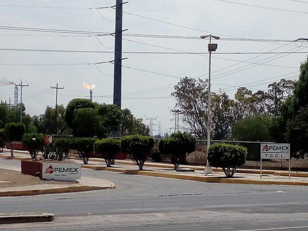 Dos chimeneas queman gas, a la izquierda de la imagen, en la refinería de Tula, en el estado de Tulio, colindante con Ciudad de México. La quema y venteo de gas en instalaciones del grupo estatal Pemex incrementa las emisiones de metano en México. Crédito: Emilio Godoy/IPS