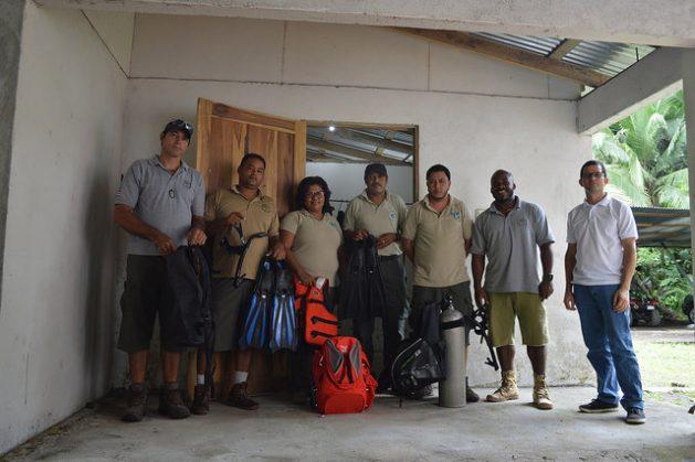 Un grupo de funcionarios del Parque Nacional Cahuita y de activistas de la comunidad que trabajan en esa área protegida del Caribe Sur de Costa Rica, con los equipos adquiridos con fondos de la cooperación internacional para el cambio climático. Crédito: Diego Arguedas Ortiz/IPS