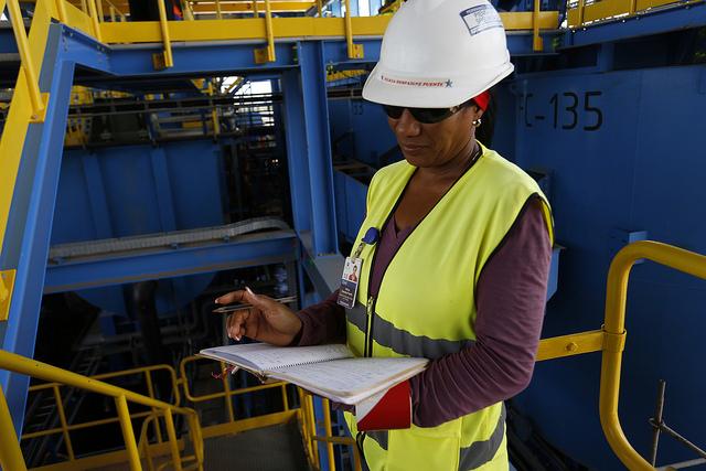 La técnica de seguridad Felicia Despaigne supervisa que los trabajadores cumplan con las medidas de seguridad en la planta la Empresa Mixta Minera del Caribe SA (Emincar), en Minas de Matahambre, en el extremo occidental de Cuba. Crédito: Jorge Luis Baños/IPS