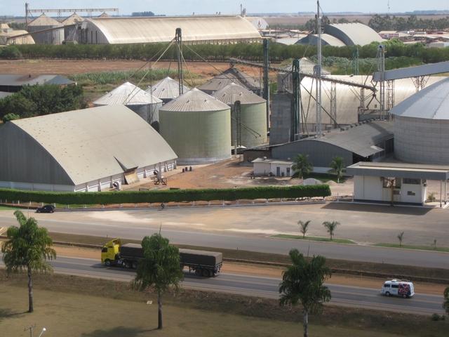 Complejo de almacenes y plantas procesadoras de soja y maíz en Lucas do Rio Verde, en el corazón de la zona que más produce los dos granos y algodón en Brasil, en el estado de Mato Grosso, en el centro-oeste del país. Crédito: Mario Osava/IPS