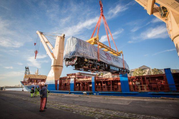 Una de las nuevas locomotoras llegadas de China para modernizar la red ferroviaria de carga de Argentina, mientras era descargada en el puerto de Buenos Aires, en mayo. Crédito: Ministerio de Transporte