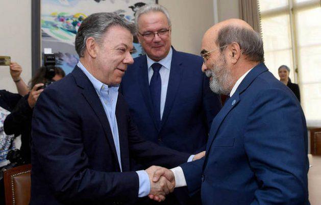 El director general de la FAO, José Graziano da Silva (derecha), saluda al presidente de Colombia, Juan Manuel Santos, en presencia del comisario de la Unión Europea, Neven Mimica. Crédito: Presidencia de Colombia
