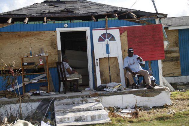 La gente espera la ayuda tras la devastación causada por el huracán Matthew en Low Sound, en el distrito de Andros Norte, en Baharmas en octubre de 2006. Crédito: Kenton X. Chance/IPS.