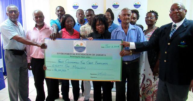 Foto grupal de los representantes de las organizaciones beneficiarias de los fondos de la Fundación para el Ambiente de Jamaica, destinados a proyectos para frenar la deforestación en este país caribeño. Crédito: Desmond Brown/IPS.