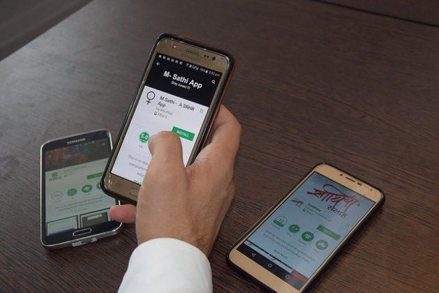 India digitaliza sus servicios de salud sexual y reproductiva mediante varias aplicaciones para celulares. Crédito: Stella Paul/IPS.
