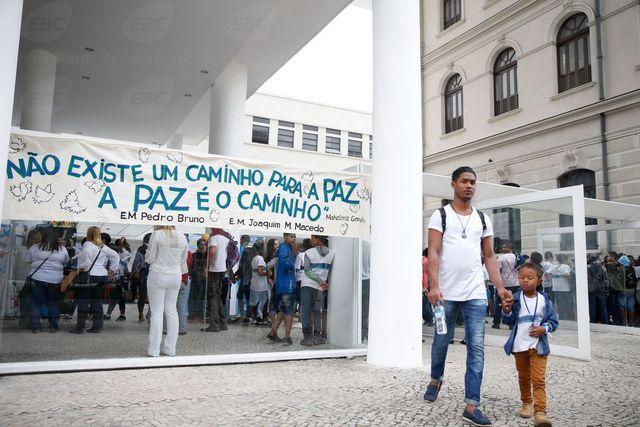 Militares y policías se movilizan hacia una favela de Río de Janeiro, el 21 de agosto, en un gran operativo en ocho de esos barrios hacinados, una de las actuaciones con que las fuerzas de seguridad tratan de combatir el crecimiento de la violencia criminal en la ciudad. Crédito: Vladimir Platonow/Agência Brasil