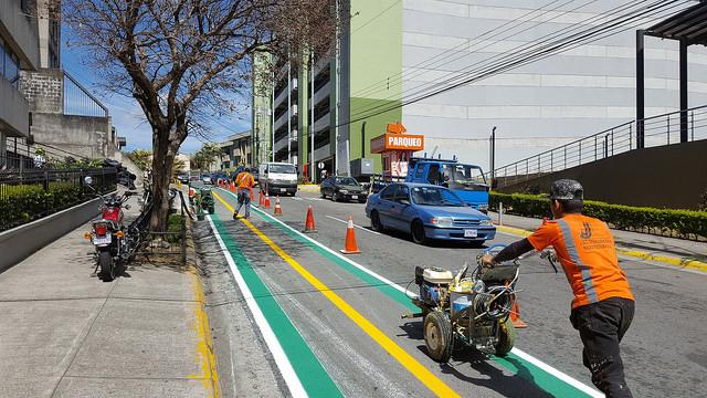Trabajadores dan los últimos toques a la nueva ciclovía de San José de Costa Rica, en su extremo oriental. Entre sus objetivos está hacer la ciudad más sostenible y mitigar el cambio climático, en un país donde los combustibles fósiles son la mayor fuente de los gases de efecto invernadero. Crédito: Diego Arguedas Ortiz/IPS