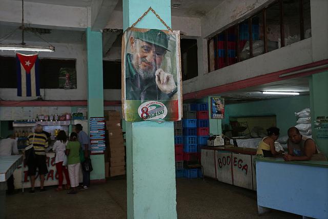 Una imagen del fallecido líder de la revolución cubana Fidel Castro decora el interior de una muy poco surtida bodega, que vende aquellos alimentos racionados para la población, en la calle San Lázaro de La Habana, en Cuba. Crédito: Jorge Luis Baños/IPS