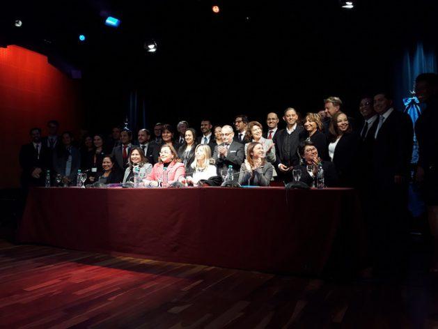 Delegados de 24 países de América Latina y el Caribe posan junto a autoridades argentinas, tras la apertura de la séptima reunión del comité de negociación de un acuerdo regional sobre el derecho a la información, la participación y la justicia materia ambiental, celebrada en Buenos Aires. Crédito: Daniel Gutman/IPS