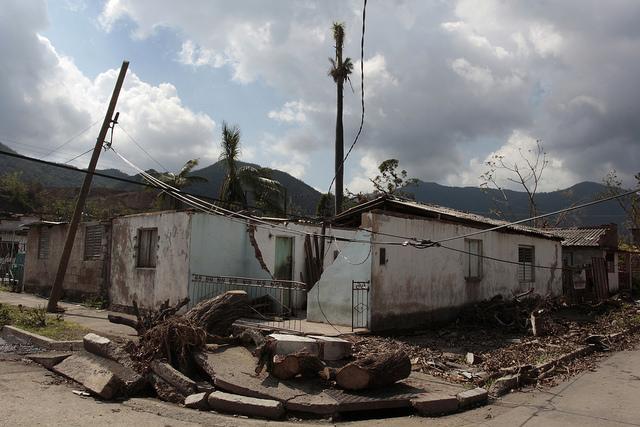 Fachada de una casa destruida por los efectos del paso del huracán Sandy, en la localidad del Cobre, en la oriental provincia de Santiago de Cuba, que azotó la zona en 2012. Crédito: Jorge Luis Baños/IPS