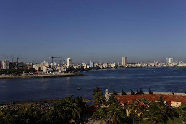 El malecón de La Habana desde la entrada de la bahía, en el Castillo del Morro. Los barrios vecinos al muro de ocho kilómetros son una prioridad del nuevo plan del gobierno de Cuba para afrontar el cambio climático, por su vulnerabilidad ante la elevación del nivel del mar y la intensificación de las lluvias. Crédito: Jorge Luis Baños/IPS