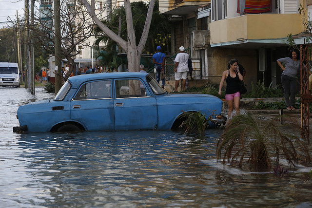 Una calle del barrio del Vedado, en la capital de Cuba, inundada en enero por el desbordamiento del nivel del mar que el malecón de La Habana no logró contener. Las ciudades costeras latinoamericanas soportan crecientes eventos de penetración del mar, a consecuencia del cambio climático. Crédito: Jorge Luis Baños/IPS
