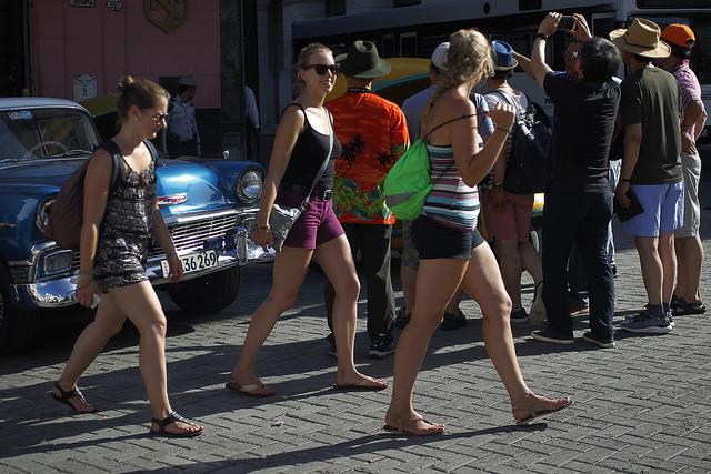 Turistas transitan por una calle del centro histórico de La Habana Vieja, en la capital de Cuba. El boom del turismo en el país, gran dinamizador de la economía, se ve amenazado por las nuevas restricciones a los viajes de los estadounidenses a la isla, anunciadas por Washington. Crédito: Jorge Luis Baños/IPS