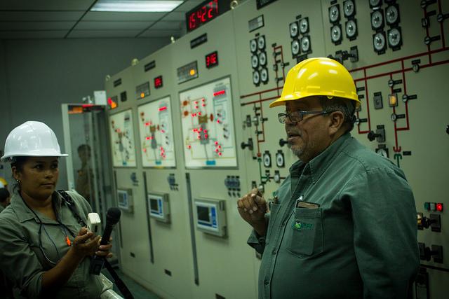 Roberto Cortez, coordinador de Operaciones de la Central Geotérmica Ahuachapán, en el occidente de El Salvador, explica el proceso de producción de energía con el calor del subsuelo, durante un recorrido de expertos y representantes de los gobiernos del área por la primera planta de su tipo en América Central, construida en los años 70. Crédito: Edgardo Ayala/IPS