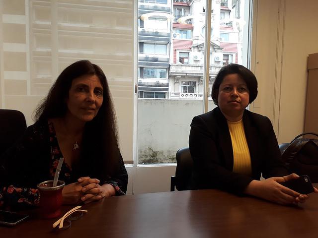 Mariana Herrera, directora del argentino Banco Nacional de Datos Genéticos (izquierda), con Jenny Martínez González, coordinadora del colombiano Proyecto de Búsqueda de Personas No Identificadas en Cementerios. Crédito: Daniel Gutman/IPS