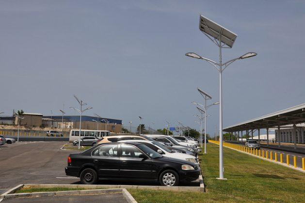 Las luces LED son una de las tecnologías de iluminación más eficientes street lighting. Crédito: Desmond Brown/IPS