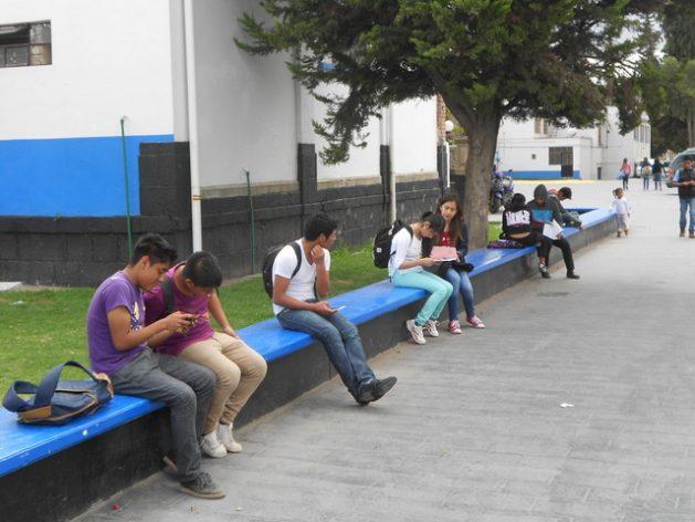 Estudiantes de una universidad en el estado de México, contiguo a la capital del país, revisan sus teléfonos móviles. Los ciudadanos del país van a contar con una estrategia para garantizar la ciberseguridad en las actividades digitales. Crédito: Emilio Godoy/IPS