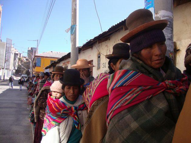 Índigenas de los Andes hacen fila para solicitar ayuda en un pueblo del departamento de Puno en Perú. Crédito: Milagros Salazar/IPS.