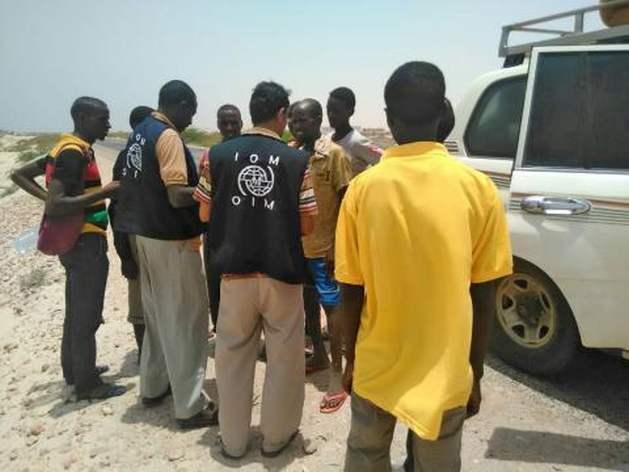 Perosonal de la Organización Internacional de las Migraciones (OIM) asiste a refugaidos somalíes y migrantes etíopes botados al mar por los traficantes de personas. Crédito: OIM, 2017.