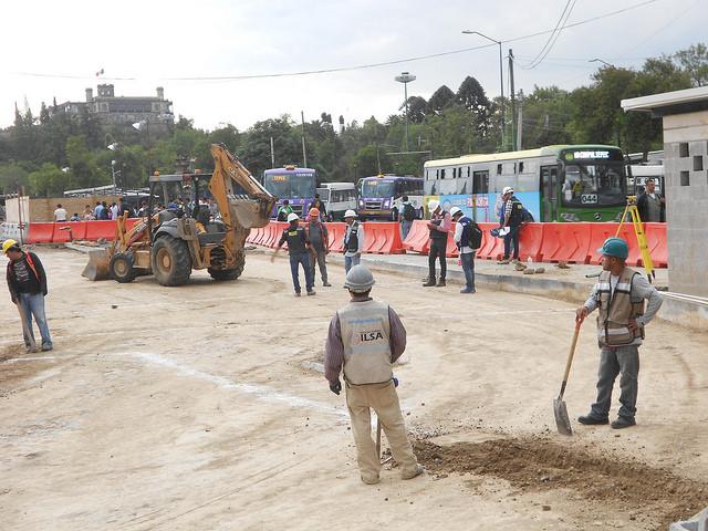 Con el castillo de Chapultepec y su bosque urbano al fondo, unas obras para mejorar la movilidad en esa emblemática zona de Ciudad de México contribuyen a empeorar el tráfico vehicular, uno de los factores que más contribuyen a la contaminación sónica en la capital de México. Crédito: Emilio Godoy/IPS