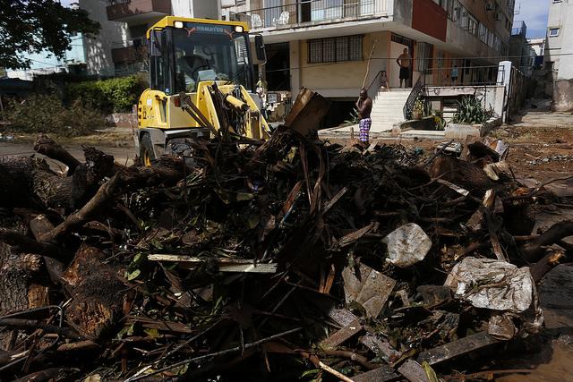 Trabajadores y vecinos laboran en la limpieza de las calles tras el paso del huracán Irma por La Habana, en Cuba. Crédito: Jorge Luis Baños/IPS