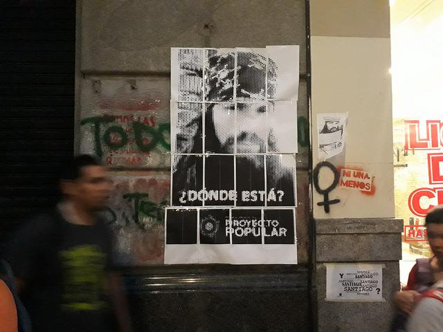 """""""¿Dónde está?"""", es la pregunta que se repite en numerosos carteles en las paredes de Buenos Aires y otras ciudades de Argentina sobre la desaparición el 1 de agosto de Santiago Maldonado, durante una manifestación en la Patagonia. Crédito: Daniel Gutman/IPS"""