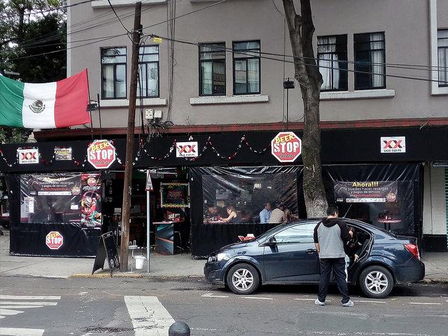 Un bar en un barrio del centro-oeste de Ciudad de México. Los establecimientos comerciales, en especial los bares y otros espacios de ocio, son los mayores responsables del ruido en la metrópoli mexicana. Crédito: Emilio Godoy/IPS