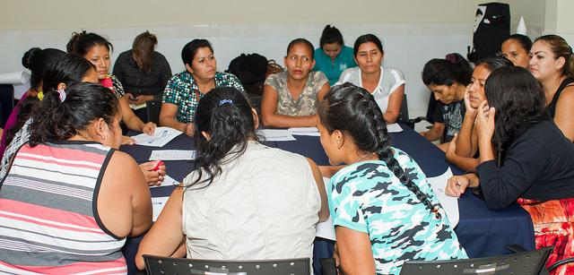 Mujeres de comunidades rurales del valle del Jiboa, debaten durante un foro en San Vicente, en el centro de El Salvador, sobre el impacto de la escasez de agua en esa ecorregión. Ellas son las mayores impulsoras de la instalación en sus aldeas de un sistema de cosecha de agua de lluvia, por la mejora que supone para su vida y la de sus familias. Crédito: Edgardo Ayala/IPS