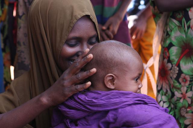 Mujeres en el campamento de refugiados a las afueras de Dolo Odo dijeron que aunque los niños no reciben toda la comida que quisieran, estaban relativamente saludables. Crédito: James Jeffrey/IPS.