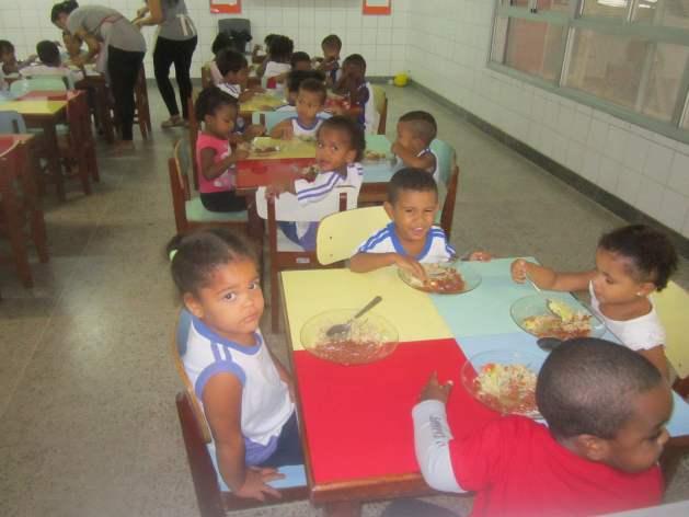 Escolares almuerzan en el Centro Municipal de Educación Infantil Alberto Martinelli, que acoge 288 escolares en dos turnos, en un barrio pobre de Vitoria. El municipio de 360.000 habitantes mantiene 102 escuelas con unos 50.000 alumnos, que consumen mensualmente unas 20 toneladas de carne y 6,3 toneladas de frijoles, entre otros alimentos, incluyendo frutas y hortalizas. Crédito: Mario Osava/IPS.