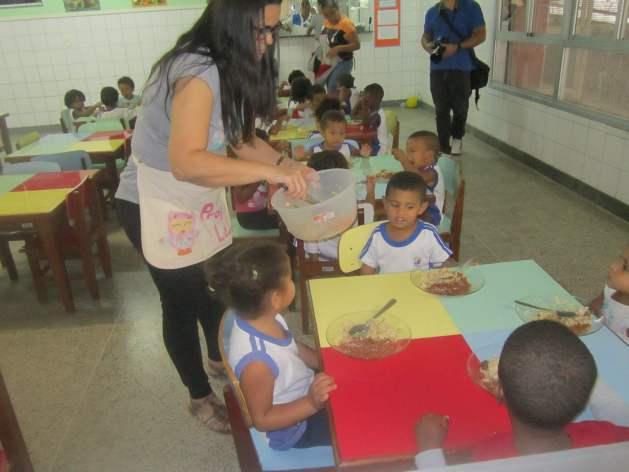 En los comedores de las escuelas públicas de primaria en Brasil, funcionarias le sirven la comida a cada alumno y estimulan que consuma alimentos variados, mientras atienden a sus requerimientos individuales, para mejorar su nutrición y la reducción de desperdicios. Crédito: Mario Osava/IPS
